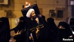 Một người biểu tình cầm bức ảnh của Sheikh Nimr al-Nimr trong 1 cuộc biểu tình tại thị trấn duyên hải Qatif (ảnh tư liệu).