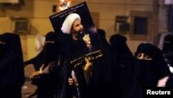 هواداران شیخ نمر تصویری از او را در دست دارند