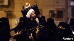 示威者在沙特城市卡提夫手举尼姆尔的照片参加抗议集会。(资料照片)