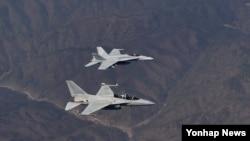 한국 공군은 5일 제16전투비행단 소속 FA-50 전투기 1대가 미 해병 제1항공단 제12비행전대 소속 FA-18C 1대와 연합 비행훈련을 한다고 밝혔다. FA-50 전투기와 FA-18 전투기가 연합비행 훈련을 마치고 모기지로 편대비행하고 있다.