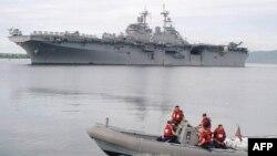 Tàu của Hải quân Hoa Kỳ USS Essex, phía sau, đến căn cứ trước đây của hải quân Hoa Kỳ ở Subic, phía Bắc Philippines (hình lưu trữ-2003)