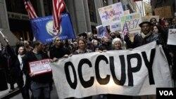 Para demonstran 'Occupy Wall Street' melakukan aksi turun ke jalan sebagai bagian dari aksi global di Manhattan, New York (17/11).