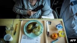 Seorang pasien kanker bersiap menyantap makan siangnya di sebuah rumah sakit di Leon Berard di Lyon, 10 September 2018. (Foto: AFP)
