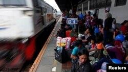 Warga yang ingin mudik menjelang lebaran memadati stasiun kereta api di Pasar Senen, Jakarta (foto: dok).