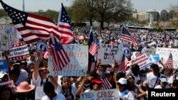 Warga keturunan Amerika Latin berunjuk rasa di depan Gedung Capitol, Washington DC saat bersidang membahas reformasi imigrasi, 10 April 2013 (Foto: dok).