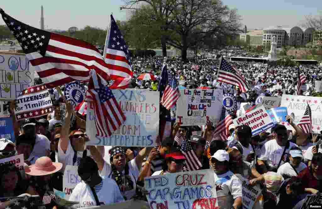 Los hispanos se volcaron a la explanada frente al Capitolio.
