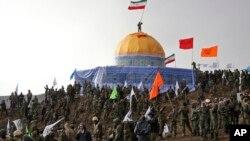 """Para anggota Basij, unit paramiliter Garda Revolusi Iran melakukan parade dengan membuat model """"masjid al-Aqsa yang berhasil direbut dari Israel"""" (foto: ilustrasi)."""