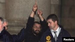 """FILE – Ali Charaf Damache, yang juga diketahui sebagai """"Black Flag,"""" dibawa polisi Irlandia setelah ditangkap dengan dakwaan terorisme. (Foto: dok. 2010)"""