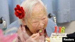 지난 5월 세계 최장수 여성인 일본의 미사오 아카와 씨가 116세 생일축하 케익을 먹고 있다.