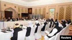 카타르 도하에서 미국과 탈레반, 카타르 대표단들이 평화 협상을 하고 있다.