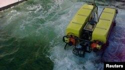 အေမရိကန္ေရတပ္ပုိင္ ေမာင္းသူမဲ့ ေရငုပ္ Drone ယာဥ္။ Drone underwater ( United States Navy's USS Grapple)