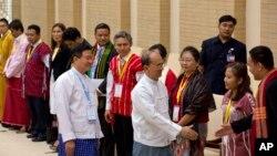 Presidente Thein Sein, no centro, cumprimenta membros de grupos étnicos armados, após o acordo.