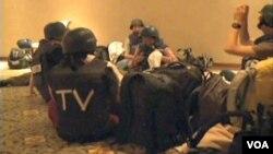 Un día antes, 35 periodistas de guerra cautivos en el lujoso hotel fueron también puestos en libertad.