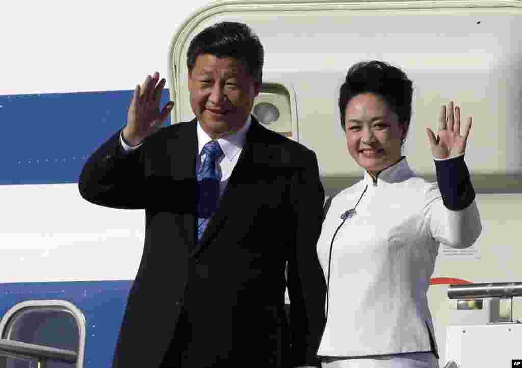 Chinese President Xi Jinping and his wife Peng Liyuan wave upon arrival at Boeing Field in Everett, Washington, USA.