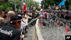 泰国反对派抗议者在曼谷议会大楼外集会表达不满