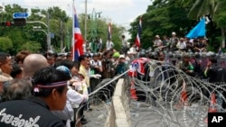 Người biểu tình chống chính phủ đối đầu với cảnh sát chống bạo động bên ngoài trụ sở quốc hội ở Bangkok, ngày 7/8/2013.