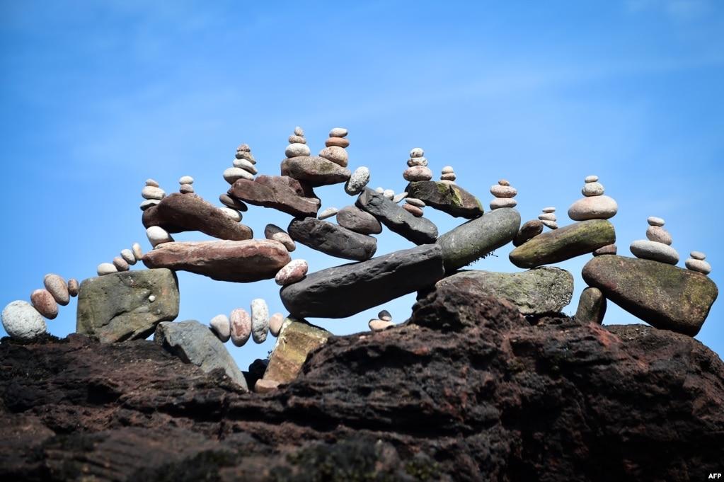 스코틀랜드 던바에서 열린'2019 유럽 돌 쌓기 챔피언십'에서 균형잡힌 돌이 전시돼 있다.