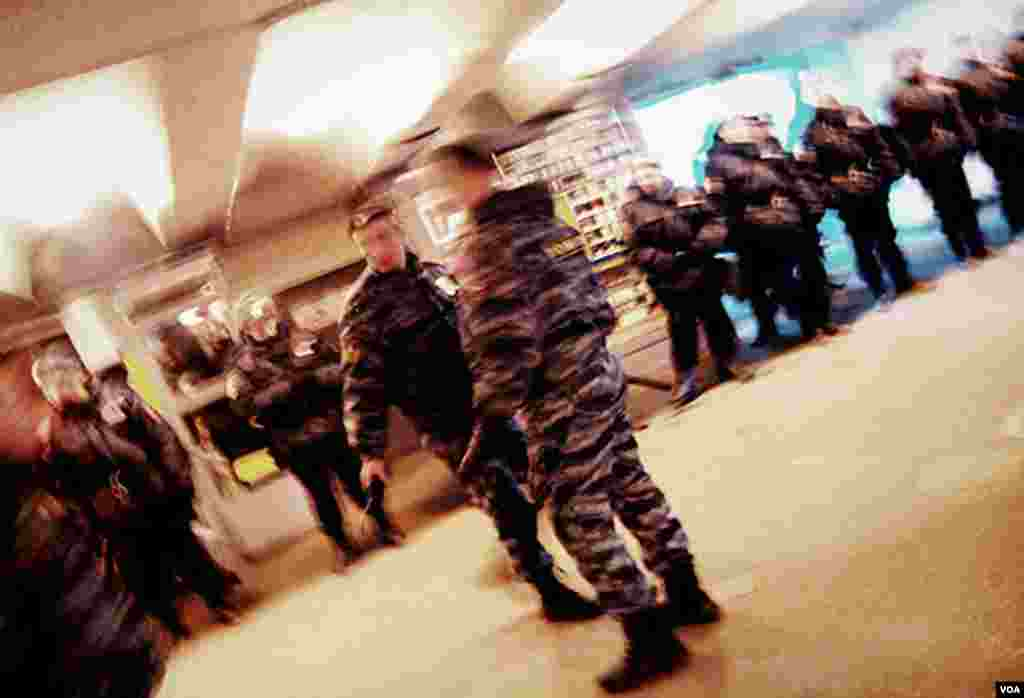 Police line a pedestrian tunnel connecting Prospect Mira (Peace Avenue) Metro station and the Cathedral Mosque area, Moscow, Oct. 15, 2013. (Vera Undritz for VOA)