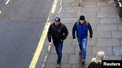 Camera ghi lại cảnh Alexander Petrov và Ruslan Boshirov đi trên đường phố ở Salisbury, Anh, ngày 4/3/2018.