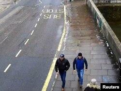 Alexander Petrov dan Ruslan Boshirov, yang secara resmi dituduh sebagai pelaku peracunan mantan mata-mata Rusia Sergei Skripal dan putrinya Yulia di Salisbury, terlihat melalui CCTV di Fisherton Road, Salisbury, 4 Maret 2018. (Foto: dok).