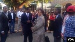 UMnu. Lovemore Madhuku uxoxa loNkosazana Thokozani Khupe phandle komthethwandaba weHigh Court koBulawayo.