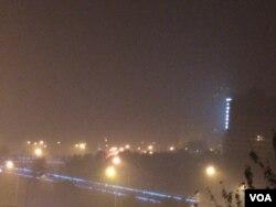 夜幕下的北京东长安街上空,雾霾弥漫。人们被告诫注意防范呼吸道疾病,减少出行。(美国之音叶兵拍摄)
