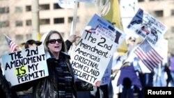 Partidarios de la posesión de armas de fuego durante una manifestación este miércoles en Colorado.