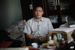 中国人权律师浦志强2009年在便衣警察监视下对记者发表谈话