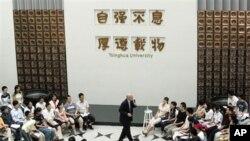 """美国前财政部长保尔森2006年在清华演讲。照片上方为清华校训:""""自强不息,厚德载物""""。"""