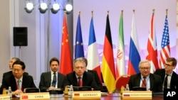 左起:中国外交部部长助理马朝旭、德国外交部卢卡斯、俄罗斯外交部副部长李雅布科夫2月27日在哈萨克斯坦的阿拉木图会谈