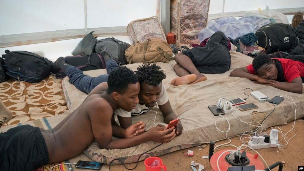 Les migrants sierra-léonais expulsés d'Algérie attendent leur rapatriement dans un centre de l'Organisation internationale pour les migrations situé à Agadez au Niger, le 5 juin 2018.