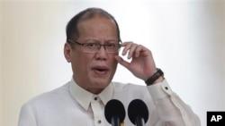 Tổng thống Philippines Benigno Aquino loan báo thỏa thuận mua máy bay hôm 18 tháng 10