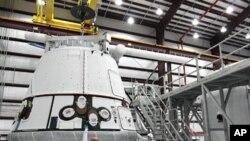 在佛羅里達州卡納維拉爾角空軍基地內的飛龍號太空艙的資料圖片