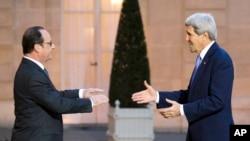 នាយករដ្ឋមន្រ្តីបារាំង លោក Francois Hollande (រូបឆ្វេង) ស្វាគមន៍លោក John Kerry រដ្ឋមន្រ្តីក្រសួងការបរទេស នៅឯវិមាន Elysee Palace ក្នុងទីក្រុងប៉ារីស កាលពីថ្ងៃសុក្រ ទី១៦ ខែមករា ឆ្នាំ២០១៥។
