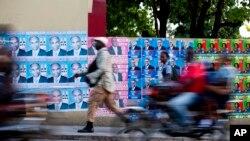 Anuncios de campaña de candidatos en Haití, donde el domingo se celebrarán elecciones.