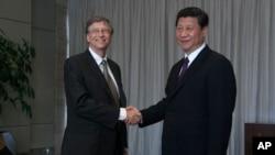 2013年4月,中国国家主席习近平在海南博鳌论坛会上会见微软创始人比尔•盖茨。(资料照片)
