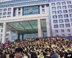 蒙古族学生和牧民在政府楼前抗议