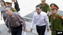 Công an đưa ông Huỳnh Ngọc Sỹ đến tòa án ngày 24/9/2009