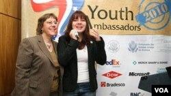 La encargada de Negocios de la Embajada de Estados Unidos en Brasilia, Lisa Kubiske y la Joven Embajadora 2010 Gabrielle Cavalheiro.