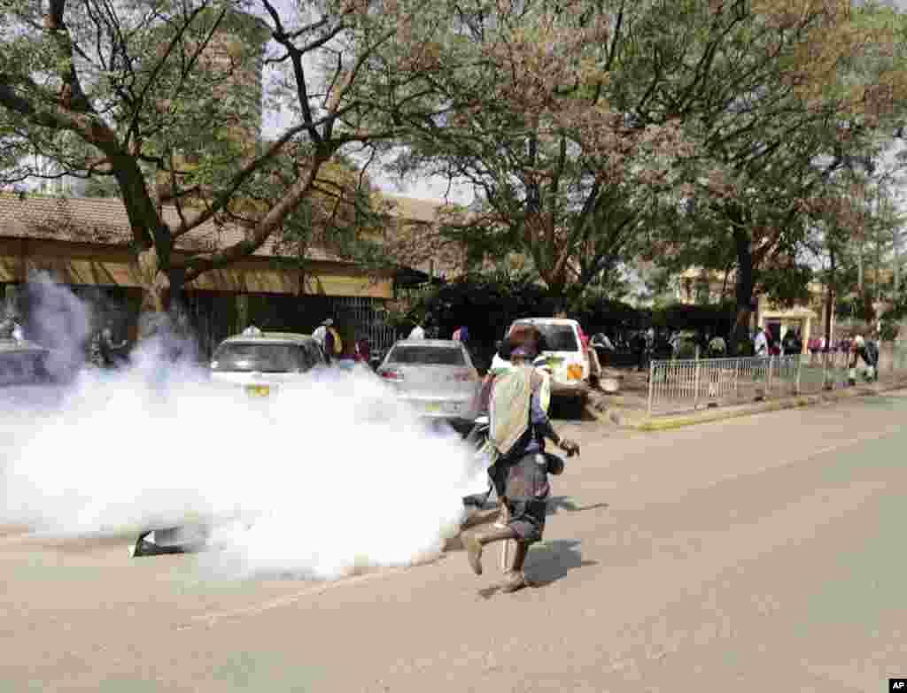 معترضان به فساد در کنیا با حمله پلیس و پرتاب گاز اشک آور مواجه شدند.
