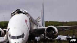 Chiếc Boeing 737 của hãng hàng không Caribbean Airlines bị gãy làm đôi, rồi dừng lại trên một cánh đồng ngay trước một khe núi sâu 60 mét