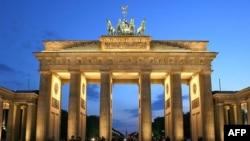 Berlin'de İngiliz büyükelçiliğinin yanıbaşındaki tarihi Brandenburg Kapısı