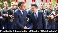 Президент Франции Эммануэль Макрон и президент Украины Владимир Зеленский в Елисейском дворце. Париж, 17 июня 2019 г.
