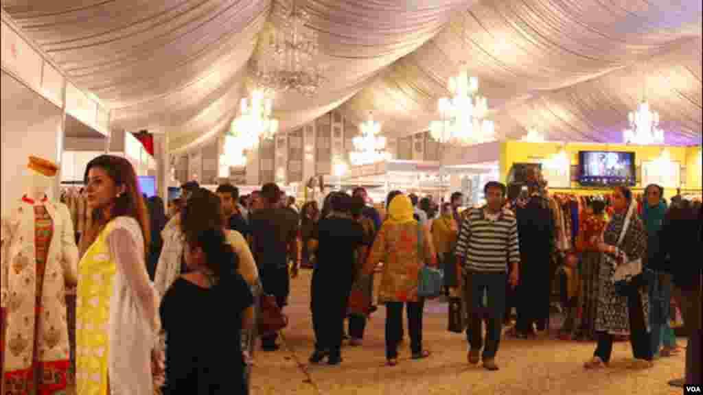 کراچی کے تمام چھوٹے بڑے بازاروں میں شہری عید الفطر کی خریداری میں مصروف ہیں