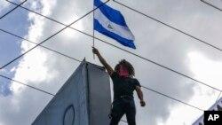 Un manifestantes porta una bandera de Nicaragua durante una manifestación antigubernamental en Managua, el 11 de agosto de 2018.