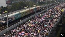 Demonstran anti pemerintah Thailand di Jembatan Takin pada protes di Bangkok, Thailand, 22 Desember 2013.