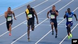 Usain Bolt de la Jamaïque, deuxième à gauche, remporte la finale 100 mètres finale masculine devant Andre De Grasse du Canada, à gauche, des États-Unis Justin Gatlin et Jimmy Vicaut de France, centre, lors des Jeux olympiques d'été de 2016 au stade olympique de Rio de Janeiro, au Brésil, 14 août 2016.