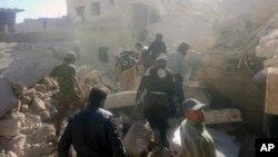 지난 5일 시리아 알레포 서부 다라트아이자 마을이 공습을 받은 후, 민간구호단체 '화이트 헬멧' 요원들이 파괴된 건물 잔해를 수색하고 있다.