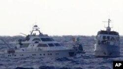 以色列国防部公布的照片显示两艘载有活动人士的前往加沙的船只11月4日在地中海上航行