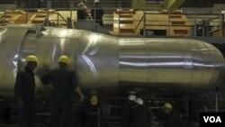 Pekerja elektronik di reaktor nuklir Bushehr, Iran. Hari Selasa Iran mulai mengisi bahan bakar dalam pembangkit energi ini untuk menghasilkan listrik Februari mendatang. ambitions. (AP Photo/Mehr News Agency, Majid Asgaripour)